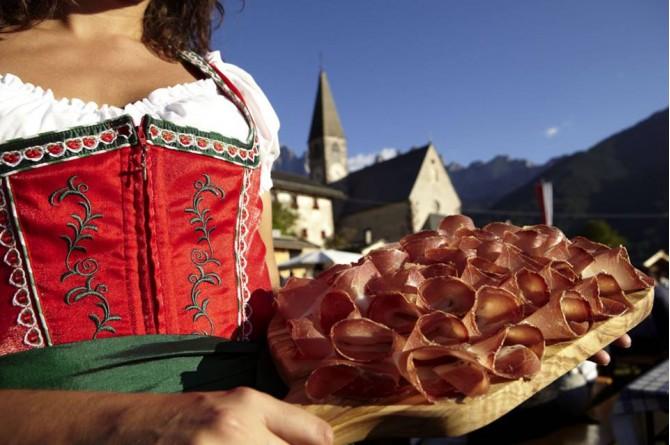 Festa dello Speck Alto Adige: il 4 e 5 ottobre a Val di Funes
