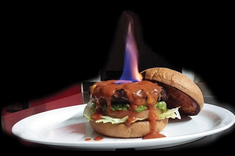 E' arrivato Helfire Burger, l'hamburger infernale con i peperoncini più piccanti del mondo!