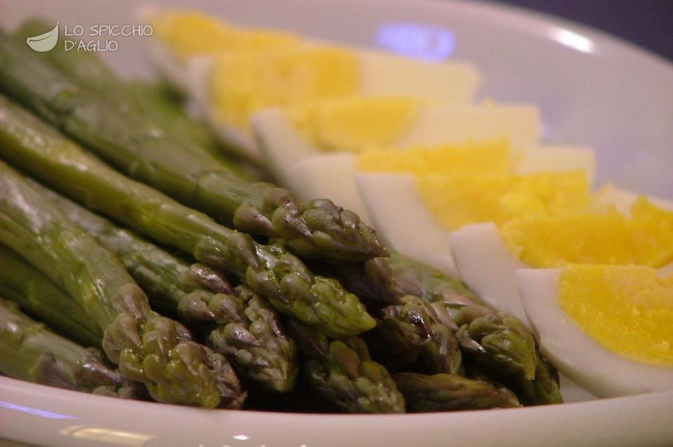 Uova con asparagi al limone