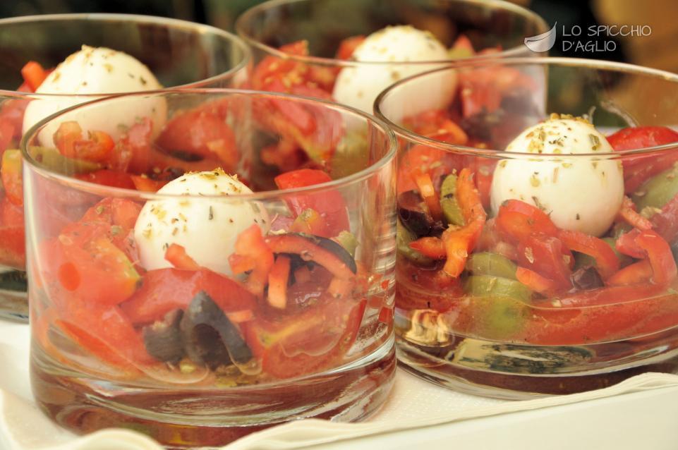 Bicchierini di bufala e pomodorini aromatizzati