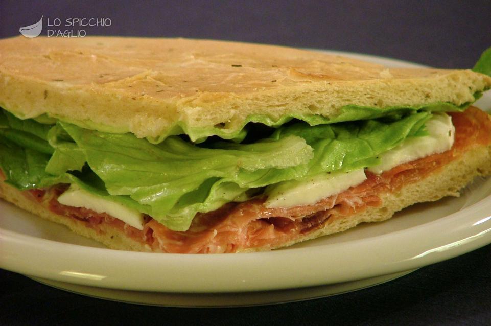 Focaccia crudo, mozzarella ed insalata