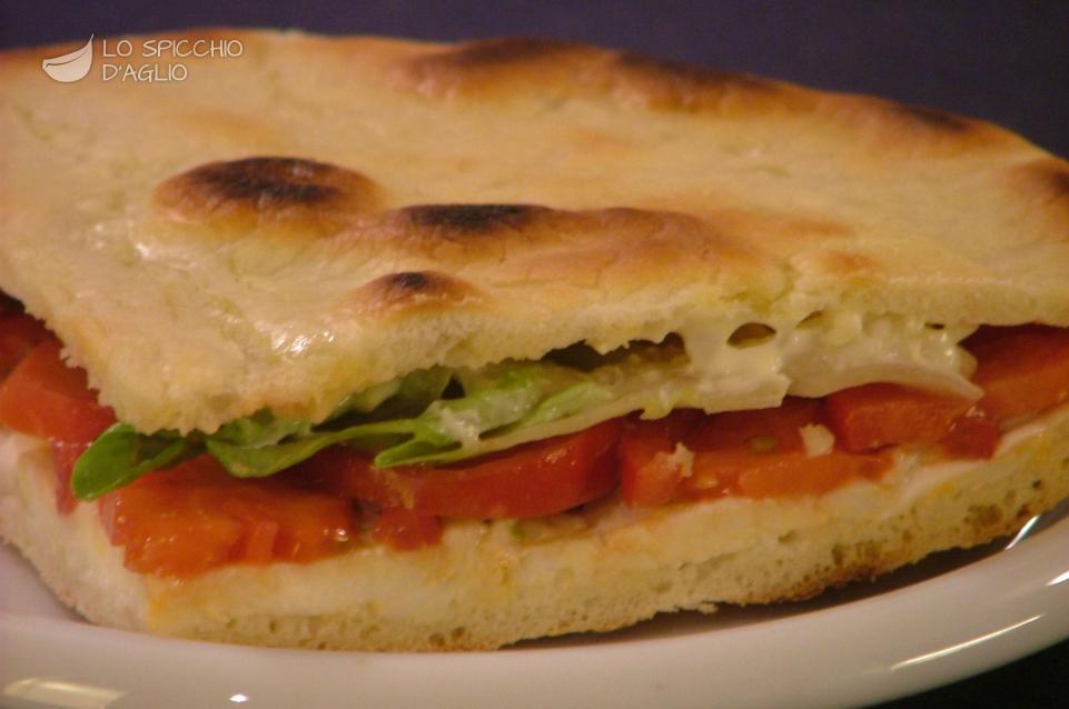 Focaccia mozzarella, pomodoro ed insalata