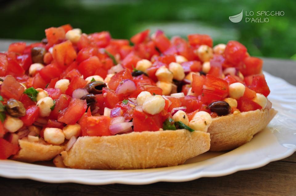 Friselle con pomodori e mozzarelline perline