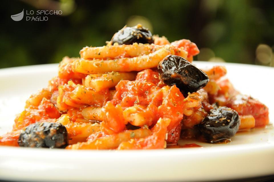 Pasta integrale con sugo di pomodoro e olive nere