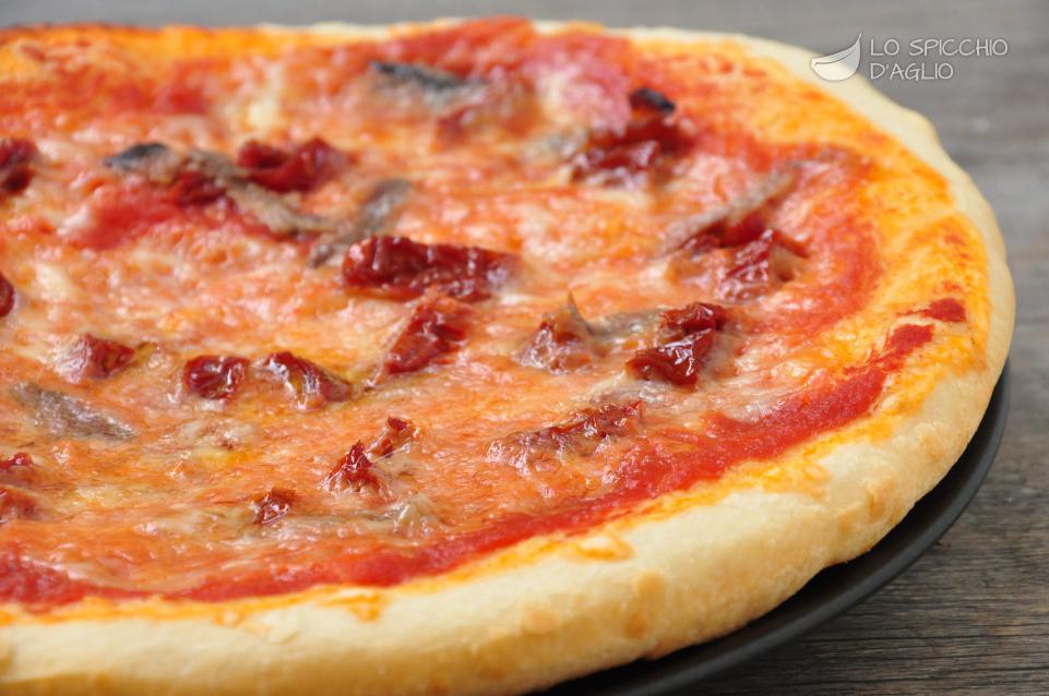 Pizza alici e pomodori secchi