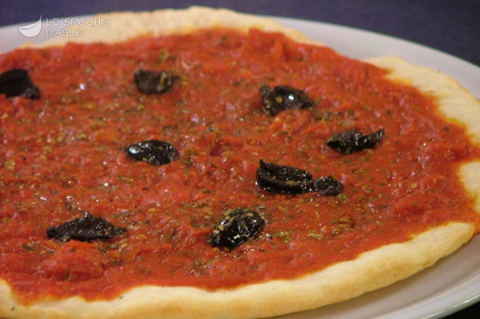 Pizza rossa alle olive
