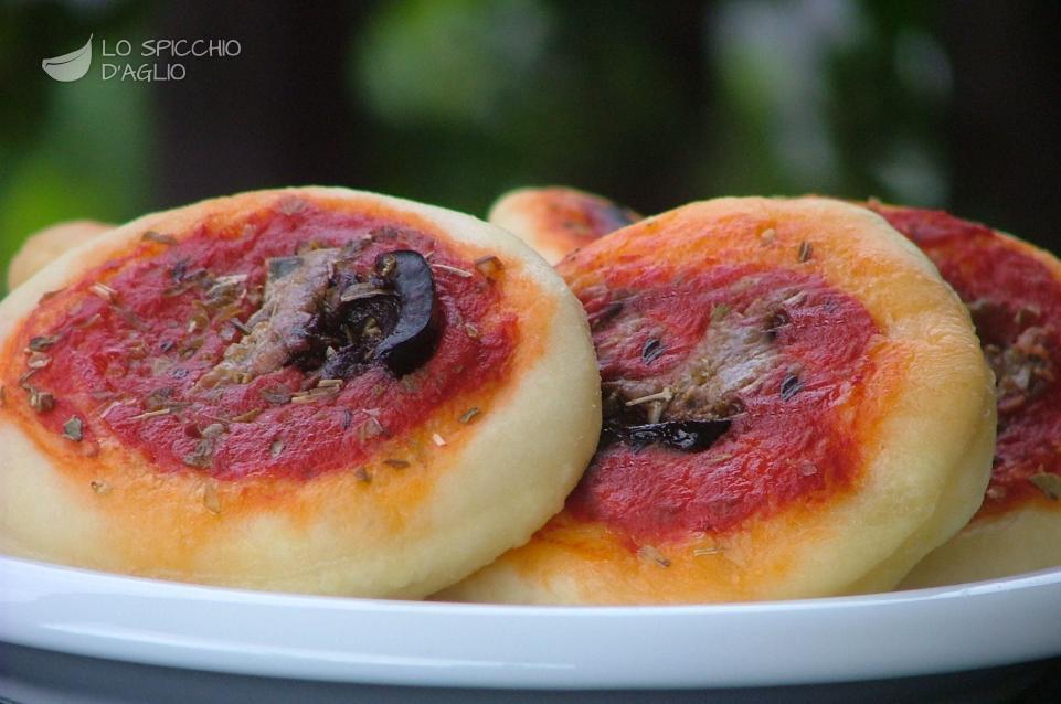 Pizzette alici e olive nere