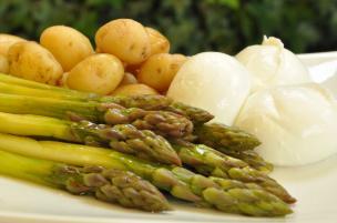 Bocconcini di bufala con asparagi e patate novelle
