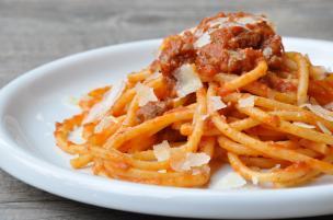 Bucatini salsiccia e pomodoro