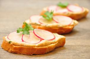 Crostini ravanelli e salsa tonnata