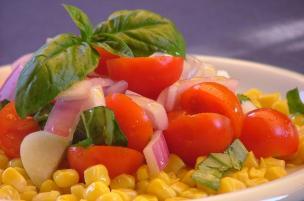 Insalata di pomodorini, mais e cipolla