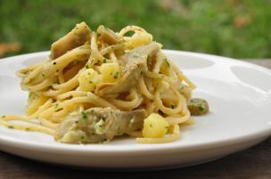 Pasta con patate, carciofi e uova
