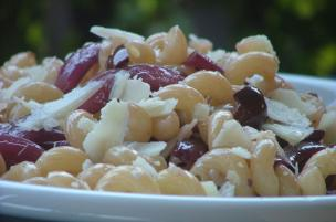 Pasta fredda cipolle e olive nere