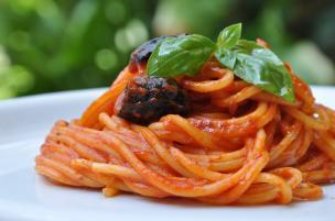 Pasta con pomodoro alle olive
