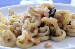 Pasta tonno, cipolle e olive nere