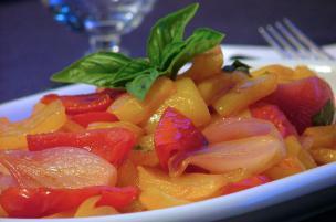 Peperoni, pomodori e cipollotti in agrodolce