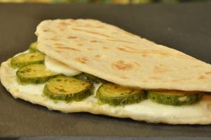 Piadina mozzarella e zucchine trifolate
