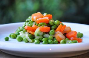 Piselli, carote e cipollotti in padella