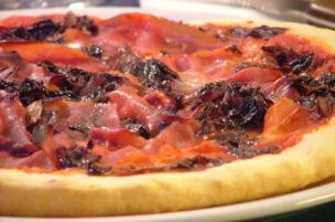 Pizza speck e radicchio
