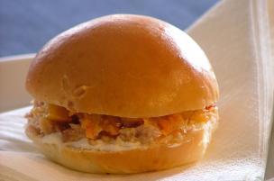 Sandwich tonno e salsa rossa