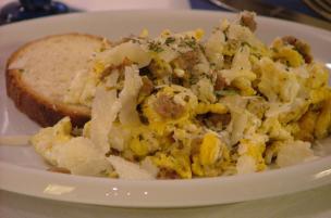 Uova strapazzate alla salsiccia