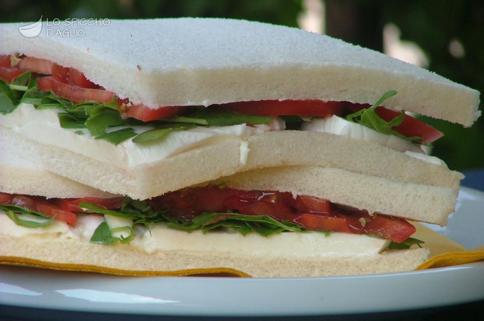 Tramezzini pomodoro, rucola e mozzarella