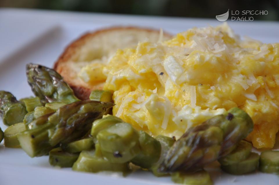 Uova strapazzate con asparagi in padella